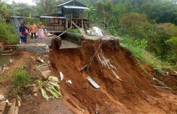 Tanah Longsor, Kolam Di Babakan Bogor Terjun Bebas