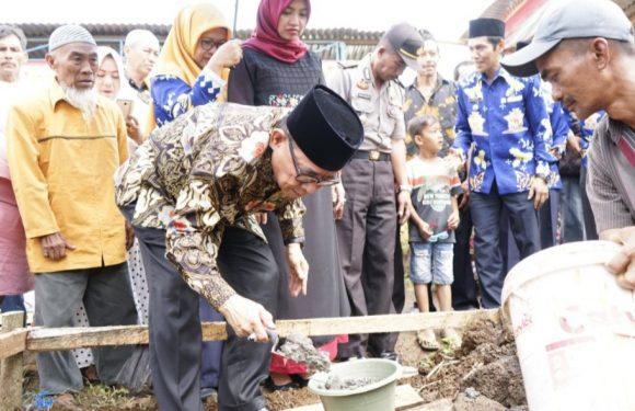 Bupati Hidayat Lakukan Peletakan Batu Pertama Pembangunan Masjid Fisabilillah Desa Imigrasi Permu