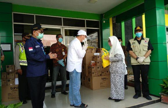 Gubernur Rohidin Bagikan APD Tenaga Medis di Kepahiang