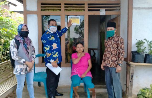 Desa Karang Endah Pasang Stiker Penerima BLT dan PKH