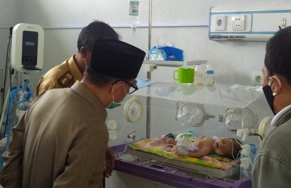 Bupati Hidayat Didampingi Direktur RSUD Jenguk dan Bantu Bayi Penderita Hernia Diafragmatica