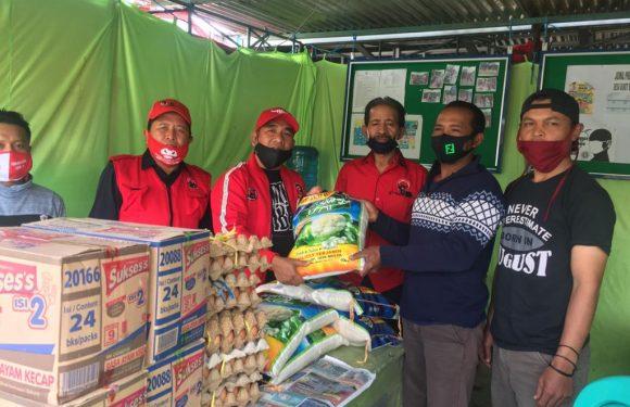 Edwar Bantu Sembako untuk Warga Bukit Sari yang Isolasi Mandiri