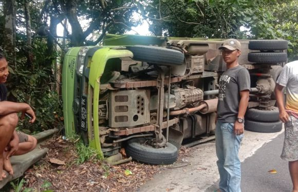 Gara-Gara Rem Blong, Mobil Truk Terbalik